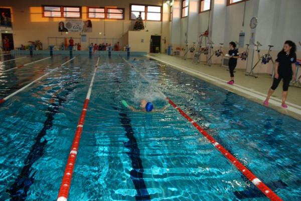 Prima gara di nuoto nella piscina di ciro marina - Nuoto in piscina ...