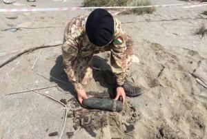 Artificieri recuperano ordigno su spiaggia Palizzi.