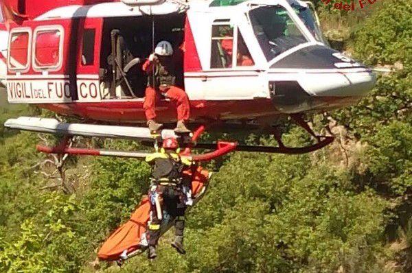 Elicottero Vigili Fuoco : Scivola in scarpata recuperato dai pompieri elicottero