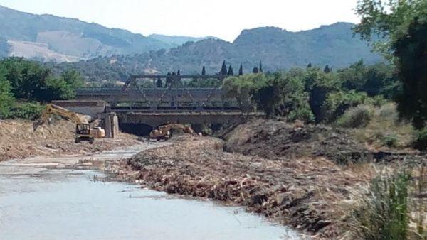 Pulitura dell alveo del fiume alla marinella - Letto di un fiume ...