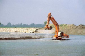 Cava inerti ruspa fiume