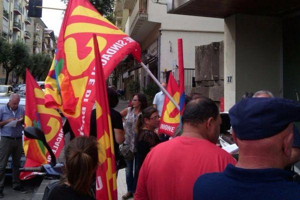 Lavoro. I lavoratori socialmente utili protestano davanti la sede Inps