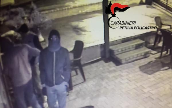 Tentato furto in bar a Cotronei, ladri identificati da carabinieri