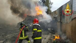 incendio-discarica-a-san-mauro-marchesato1