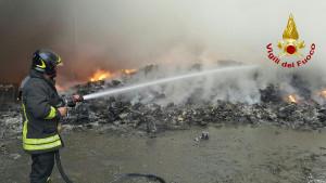 incendio-discarica-a-san-mauro-marchesato2