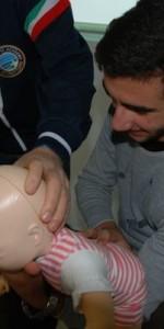primo-soccorso-con-lutilizzo-del-defibrillatore-a-ciro-marina-100