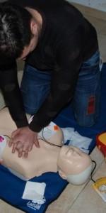 primo-soccorso-con-lutilizzo-del-defibrillatore-a-ciro-marina-52