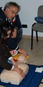 primo-soccorso-con-lutilizzo-del-defibrillatore-a-ciro-marina-60
