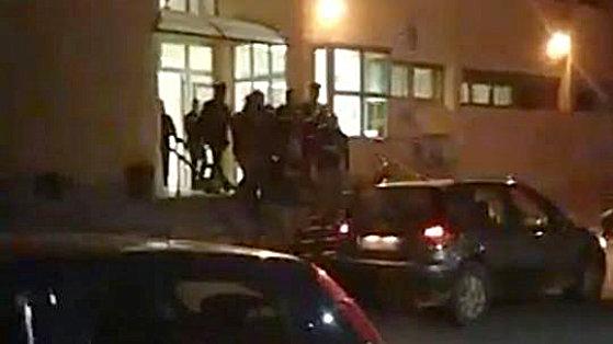 Commessa massacrata in casa, arrestato un uomo: la folla tenta di linciarlo