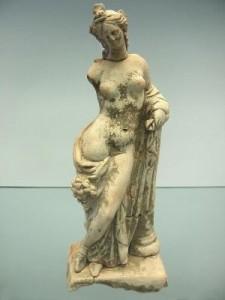 Crotone - Museo Archeologico -Statuina Femminile