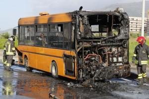 Autobus di linea in Fiamme a Lamezia Terme, nessun ferito
