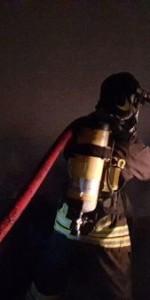 Capannone in fiamme a Isola Capo Rizzuto, uomini e mezzi dei Vigili del Fuoco domano l'incendio (10)