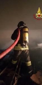 Capannone in fiamme a Isola Capo Rizzuto, uomini e mezzi dei Vigili del Fuoco domano l'incendio (11)
