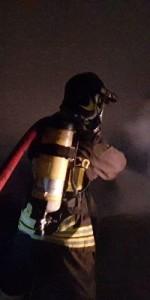 Capannone in fiamme a Isola Capo Rizzuto, uomini e mezzi dei Vigili del Fuoco domano l'incendio (12)