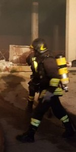 Capannone in fiamme a Isola Capo Rizzuto, uomini e mezzi dei Vigili del Fuoco domano l'incendio (2)