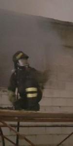 Capannone in fiamme a Isola Capo Rizzuto, uomini e mezzi dei Vigili del Fuoco domano l'incendio (3)
