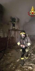 Capannone in fiamme a Isola Capo Rizzuto, uomini e mezzi dei Vigili del Fuoco domano l'incendio (5)