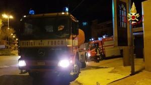 Capannone in fiamme a Isola Capo Rizzuto, uomini e mezzi dei Vigili del Fuoco domano l'incendio (8)