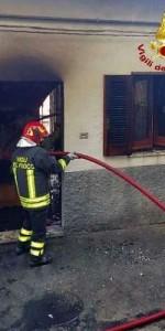 Incendio in una abitazione nel centro storico di Mesoraca (1)