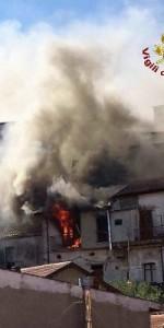 Incendio in una abitazione nel centro storico di Mesoraca (8)