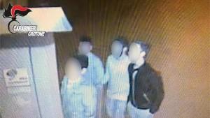 Lanciano sassi contro un anziano a Pallagorio, denunciato un minorenne