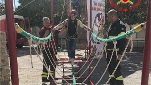 300 bambini pompieri con pettorina, casco ed imbrago, nel percorso della Pompieropoli a Cotronei