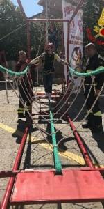 300 bambini pompieri con pettorina, casco ed imbrago, nel percorso della Pompieropoli a Cotronei12