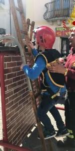 300 bambini pompieri con pettorina, casco ed imbrago, nel percorso della Pompieropoli a Cotronei2