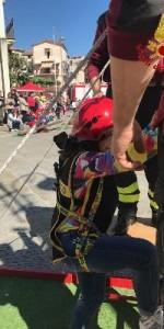 300 bambini pompieri con pettorina, casco ed imbrago, nel percorso della Pompieropoli a Cotronei4