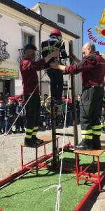 300 bambini pompieri con pettorina, casco ed imbrago, nel percorso della Pompieropoli a Cotronei5