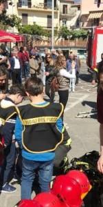 300 bambini pompieri con pettorina, casco ed imbrago, nel percorso della Pompieropoli a Cotronei9