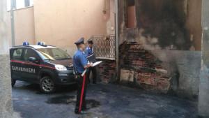 Auto in fiamme nella notte, Carabinieri salvano un'anziana dall'abitazione invasa dal fumo2