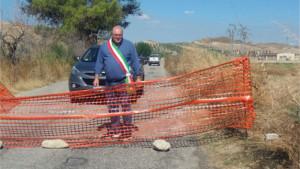 Bloccata la strada per Casabona, Protesta in corso del Sindaco Carvello1