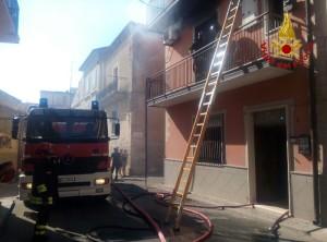 Incendio in un appartamento su tre livelli a Cutro (2)