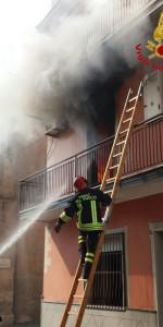 Incendio in un appartamento su tre livelli a Cutro (3)