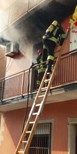 Incendio in un appartamento su tre livelli a Cutro (4)