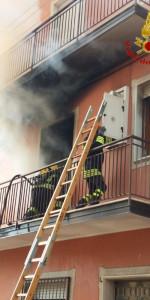 Incendio in un appartamento su tre livelli a Cutro (5)