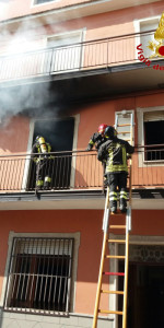 Incendio in un appartamento su tre livelli a Cutro (6)
