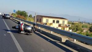 Incidente sulla SS106 centauro sbanda e finisce in scarpata, muore vicino a Rossano