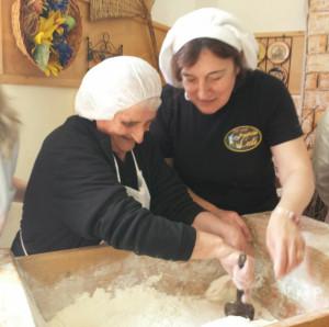 Pina Oliveti mentre prepara il pane di Cuti