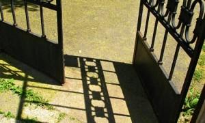 Rischia il carcere chi installa e chiude a chiave un cancello di accesso alla scala condominiale