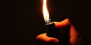 Tentano di appiccare un incendio vicino abitazioni e parrocchia a Crotone, Arrestati due piromani accendino