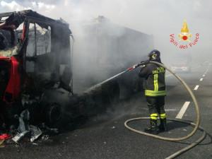 Tir in fiamme sulla SS280 in località Germaneto di Catanzaro (1)