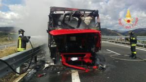 Tir in fiamme sulla SS280 in località Germaneto di Catanzaro (2)