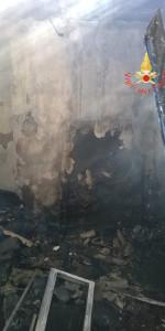 In fiamme un abitazione a Sellia Marina (1)