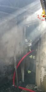 In fiamme un abitazione a Sellia Marina (5)