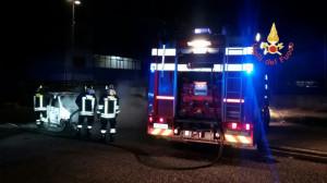 In fiamme un autovettura nella notte a Catanzaro2