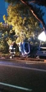 Incidente stradale auto si ribalta sulla SS106, ferito il conducente (1)