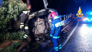 Incidente stradale auto si ribalta sulla SS106, ferito il conducente (2)