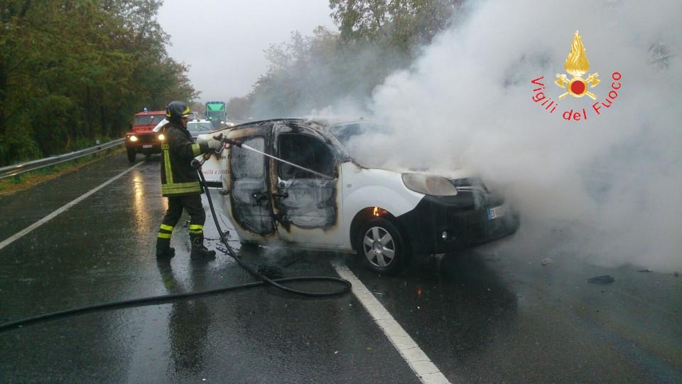 Ancora un incidente sulla Statale 106, autista di un furgone rimane ustionato